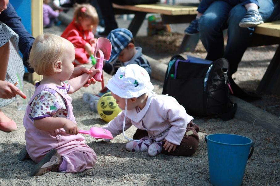 Barna leker i sandkassen