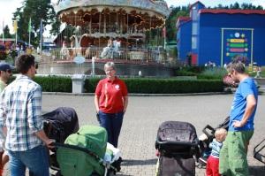 4 pappaer med barn inntar Tusenfryd