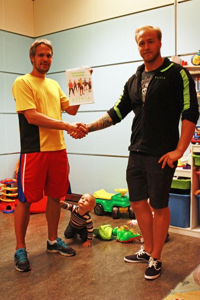 Heine Strømme vant 1 års medlemsskap i Elixia, overlevert av Rasmus Ahnell fra Elixia