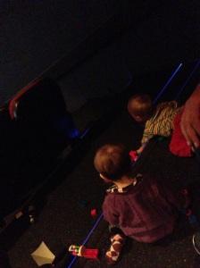 Babyer som leker under kinoforestillingen